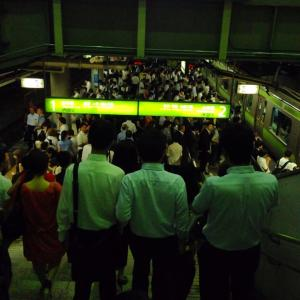 Salarymen descend to the Yamanote Train at Shinagawa Station. (c) erikabroad.com